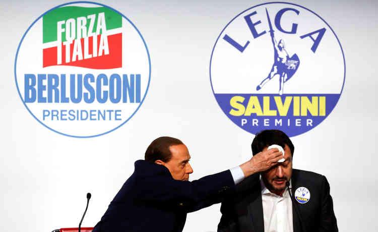 Campagne n° 6 : Berlusconi, toujours leader de Forza Italia, essuie le visage du chef de la Ligue du Nord, Matteo Salvini, pendant un meeting, à Rome, le 1er mars 2018.