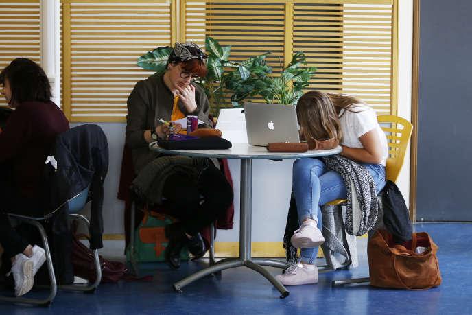 Des étudiants à la fac de Mont-Saint-Aignan, près de Rouen.