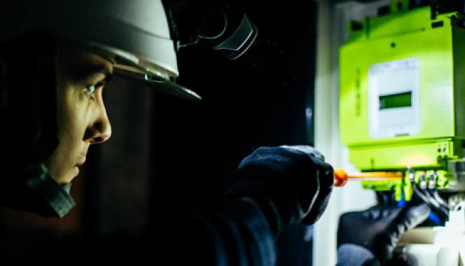 « Les compteurs Linky, en cours de déploiement sur tout le territoire, sont un outil majeur au service de la transition énergétique». (Photo : pose d'uncompteur dit«intelligent» par un technicien d'Enedis, société gestionnaire du réseau de distribution d'électricité).