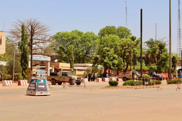Des membres des forces de sécurité burkinabées positionnées près de l'ambassade de France à Ouagadougou, après une attaque d'assaillants armés la 2 mars 2018.