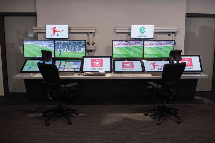 L'International Football Association Board (IFAB) s'est prononcée, samedi 3 mars,sur l'introduction de l'assistance vidéo (VAR, pour Video Assistant Referee) dans les lois du jeu.
