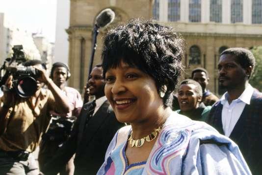 Winnie Mandela lors de son procès pour le meurtre de l'adolescent militant Stompie Seipei en 1991 à Johannesburg. Elle n'a pas été reconnue coupable.