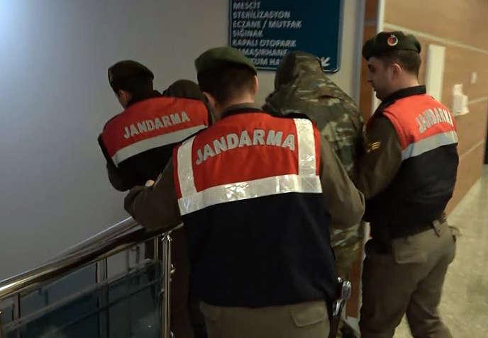 Les deux soldats grecs escortés par la gendarmerie turque, le 2 mars à Edirne.