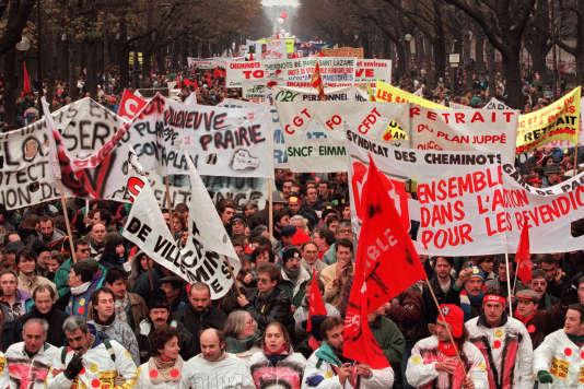 Manifestation pour le retrait du plan Juppé de réforme du système de prévoyance sociale, à Paris, en décembre 1995