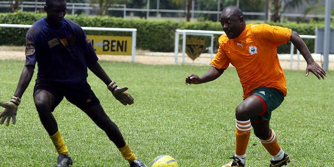 Le président burundais, Pierre Nkurunziza (en orange), lors d'un match amicalà Abidjan, en Côte d'Ivoire, en février 2007.