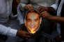 Des manifestants brûlent une image du diamantaire indien, Nirav Modi, à Bombay, le 23 février.