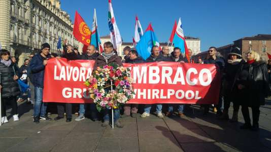 Des salariés du groupe Embraco, filiale de Whirlpool, manifestent contre la suppression de 497 des 537 emplois du site de Riva Presso Chieri.