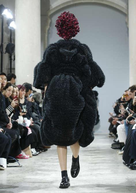 La fashion week parisienne s'est achevée... en Noir, avec les débuts spectaculaires sur les podiums du Japonais Kei Ninomiya venu de la « galaxie « Rei Kawakubo.