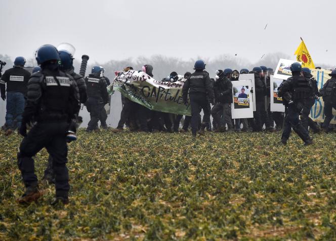 Des militants opposés au nucléaire face à la police, à Mandres-en-Barrois (Meuse), le 3mars2018.