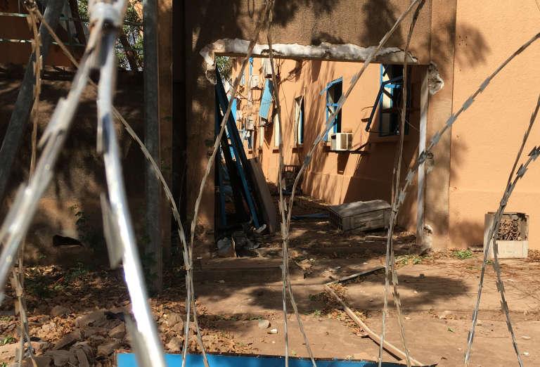 Des dégâts àl'état-major général de l'armée, en plein centre de Ouagadougou, la capitale burkinabée, après la double attaque survenue vendredi 2 mars 2018.
