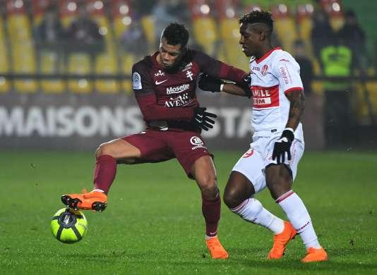 Le milieu du FC Metz, Mathieu Dossevi, à la lutte avec le Toulousain François Moubandje, le 3 mars.