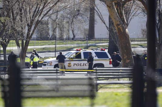 Une voiture de police garéesur les lieux de l'incident et des policiers délimitant un périmètres de sécurité, le 3 mars 2018, devant la Maison Blanche à Washington.