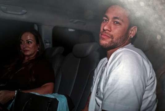 Neymar arrive à l'hôpital brésilien dans lequel il va être opéré du pied, le 2 mars.