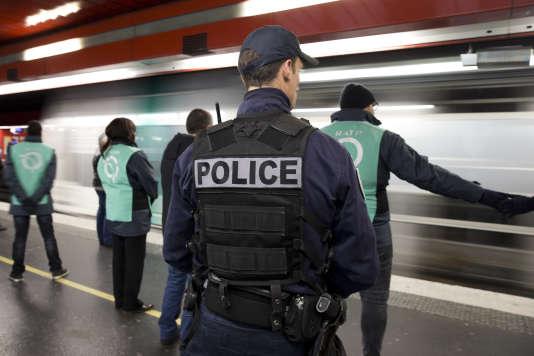 Des agents de la RATP et un policier dans le métro parisien le 30 décembre 2017.