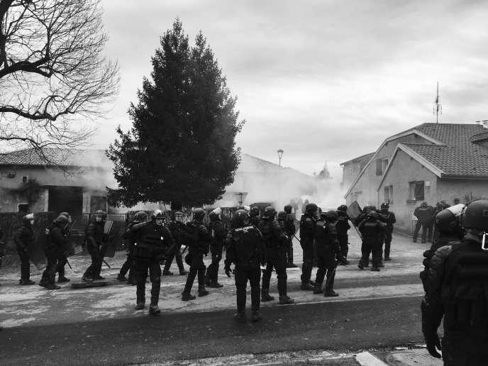 Des gendarmes mobiles à Mandres-en-Barrois, lors d'un rassemblement d'opposants au projet d'enfouissement de déchets nucléaires à Bure.