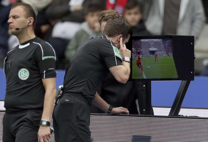 L'arbitre Harm Osmers consulte la vidéo pour décider d'un penalty lors d'un match de la Bundesliga, à Berlin, le 1er octobre.