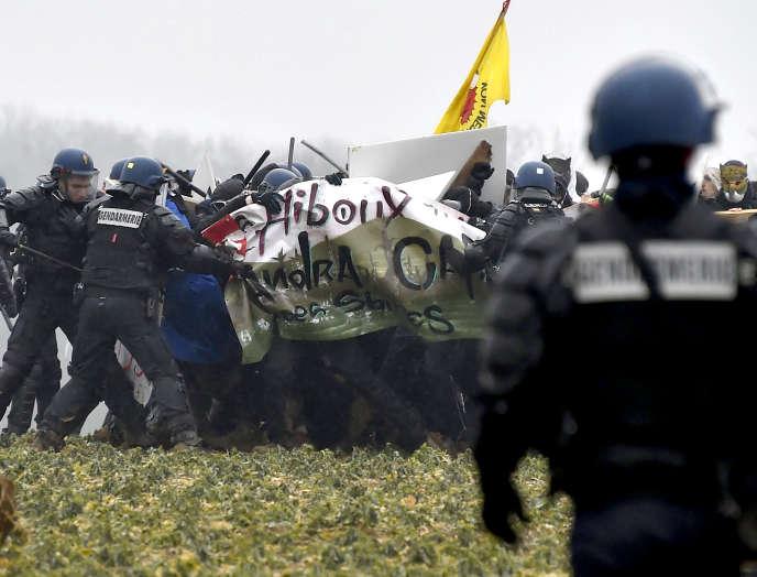 Échauffourées entre gendarmes mobiles et manifestants opposés au centre d'enfouissement des déchets nucléaires, près de Bure (Meuse), le 3 mars.