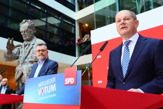 Le chef par intérim du SPD, Olaf Scholz, à droite, dimanche 4 mars.