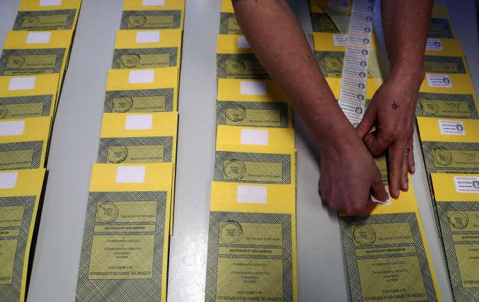 Préparation des bulletins de vote aux élections parlementaires italiennes, à Rozzano (Lombardie), le 3 mars.