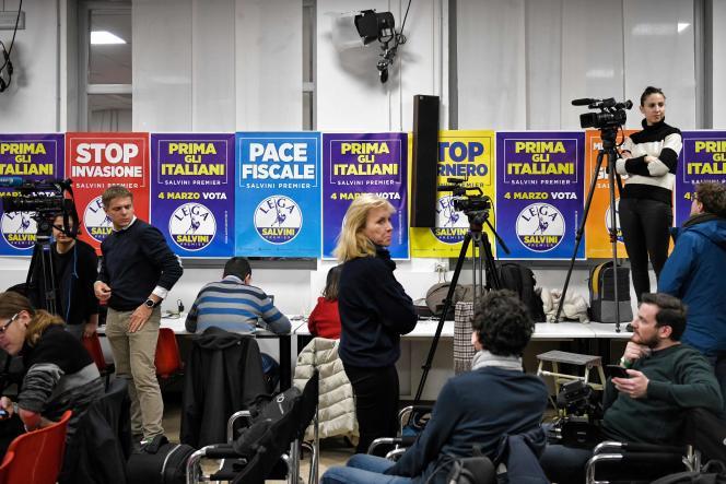 Des journalistes attendent dans la salle de presse du parti d'extrême droite Lega Nord, avant la fermeture des bureaux de vote, à Milan, le 4 mars.