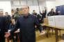 Silvio Berlusconi, dimanche 4 mars, dans son bureau de vote milanais.