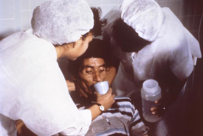 En l'absence de vaccin, le meilleur moyen de lutter contre le choléra est l'hydratation.