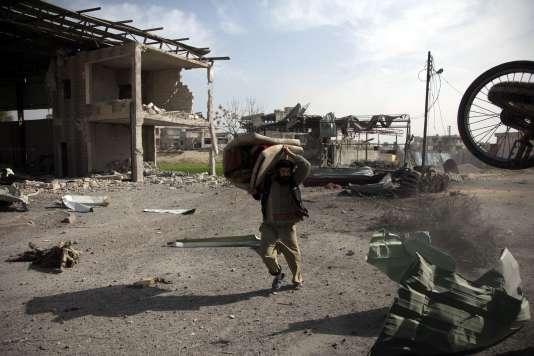Les civils fuient l'avancée des forces gouvernementales syriennes à Beit Sawa dans la région de la Ghouta orientale, le 4 mars.