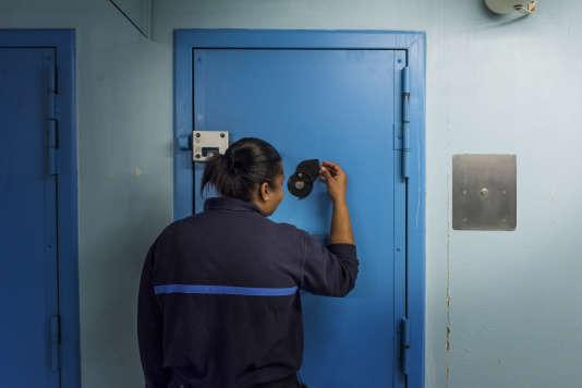 Une surveillante observe l'interieur d'une cellule à Maison d'arrêt de Fleury-Mérogis, en  mars 2017. BRUNO FERT POUR « LE MONDE »