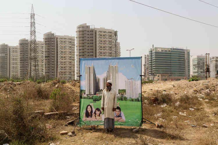 «L'Inde connaît une urbanisation galopante. Sur le modèle de Dubaï ou de Singapour, des villes nouvelles fleurissent en périphérie des mégalopoles. C'est ce phénomène qui a inspiré Arthur Crestani: dans la tradition indienne du studio photo ambulant, il s'est rendu à Gurgaon, en banlieue de Delhi, et a invité les passants à poser devant des visuels publicitaires de complexes immobiliers.»