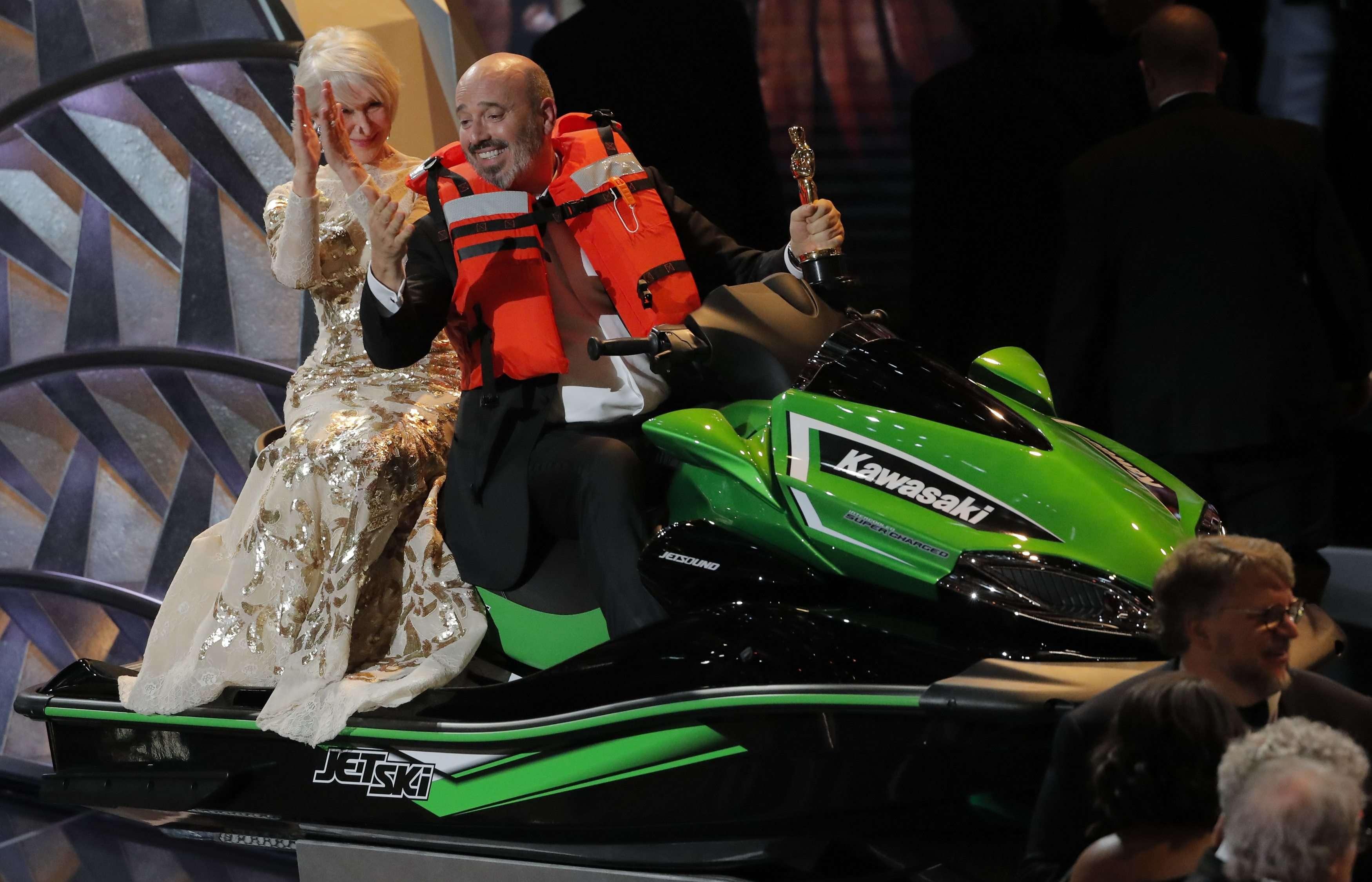Le suspense était insoutenable : c'est finalement Mark Bridges, créateur de costumes récompensé, qui remporte le jet ski mis en jeu par Jimmy Fallon. Comment ? Il a prononcé le discours le plus court de la cérémonie.