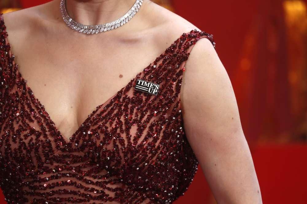 La femme de Patrick Stewart, Sunny Ozell, porte le pins «Time's Up».