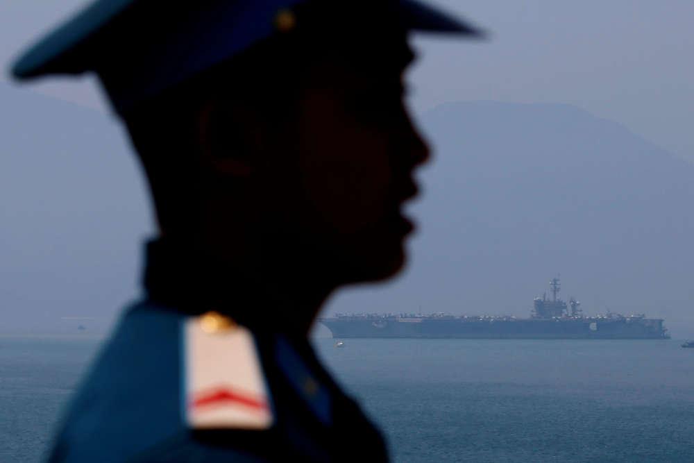 A l'arrivée de l'USS «Carl Vinson» au port de Danang, au Vietnam, le 5 mars. Le porte-avions, et son croiseur d'escorte,effectueront une escale de quatre jours dans la ville.