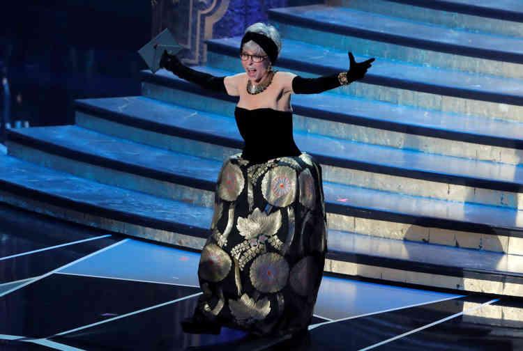 L'actrice de 86 ans, Rita Moreno, connue pour son rôle dans « West Side Story»portait la même robe que pour les Oscars de 1962 où elle avait été récompensée.