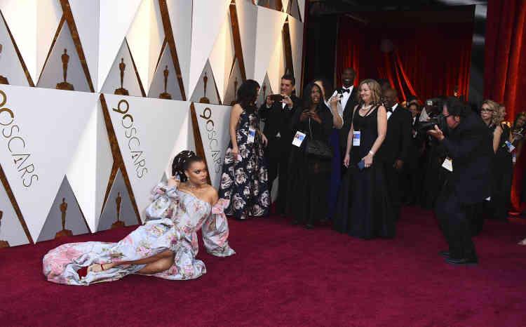 Qu'est-ce qu'il ne faut pas faire pour se faire remarquer ? La chanteuse Andra Day a choisi de s'allonger sur le tapis rouge.