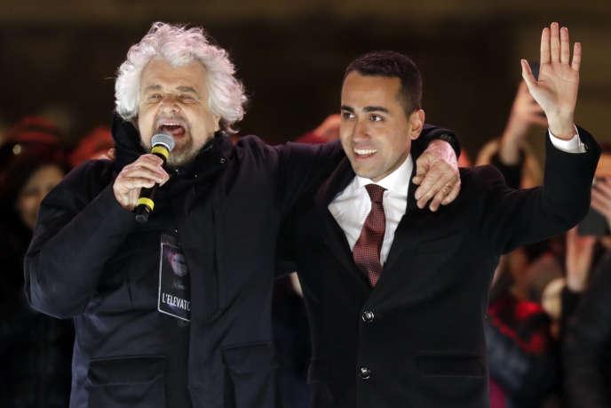 Le cofondateur du Mouvement 5 étoiles, Beppe Grillo, avec l'actuel dirigeant du parti, Luigi Di Maio, en meeting le 2 mars à Rome.