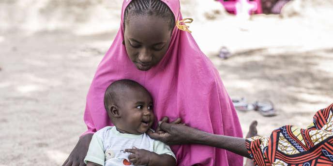 Madina Amadou, 19 ans et son enfant Awa Dam Abdoul Karim, 6 mois, est bénéficiaire du projet Chèque santé. Elle a pu accoucher sous césarienne gratuitement.