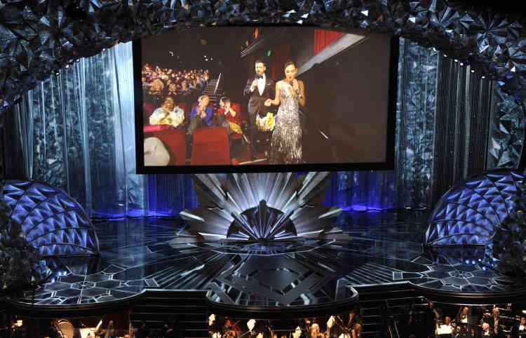 Jimmy Kimmel a emmené Gal Gadot distribuer des bonbons et chocolats aux spectateurs duChinese Theater, en face du Dolby Theater, sur Hollywood boulevard.