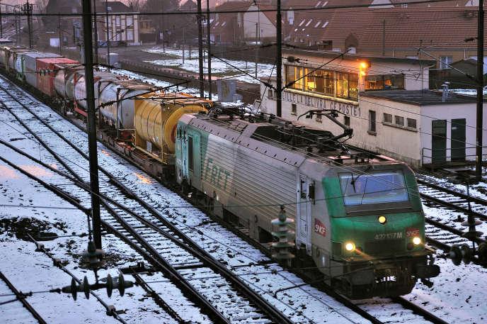 Un train de fret arrive en gare de Sequedin (Nord), en mars 2012.