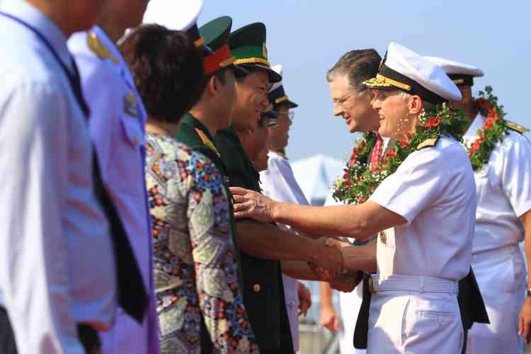 Le vice-amiral Phillip G. Sawyer (à droite), commandant de la 7e flotte, salue des représentants vietnamiens. Pékin revendique la quasi-totalité de la mer de Chine méridionale, un espace maritime supposé riche en ressources naturelles et par lequel transitent plus de 5 000 milliards de dollars de marchandises chaque année.