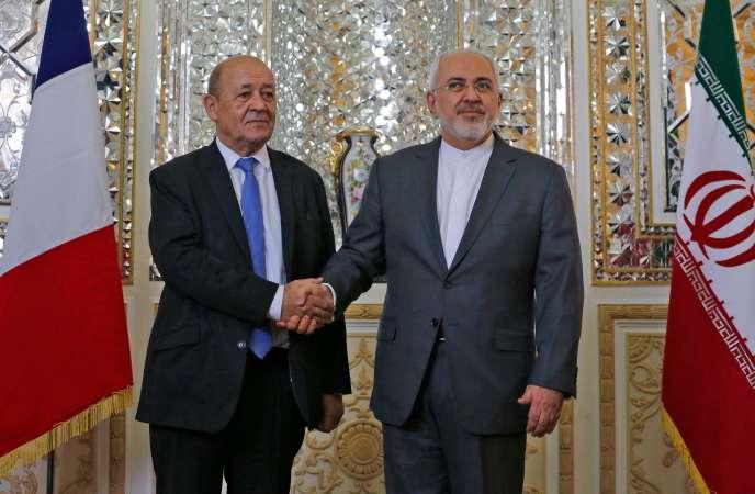 Le ministre des affaires étrangères, Jean-Yves Le Drian sert la main de son homologue iranien, Mohammad Javad Zarif, le 5 mars, à Téhéran (Iran).
