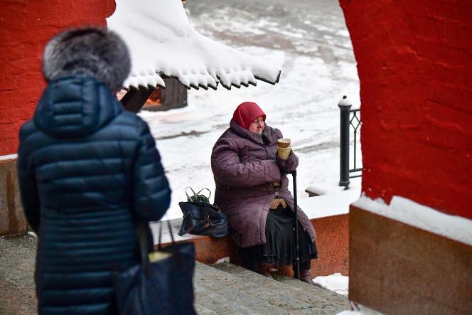 Une femme âgée mendie dans une rue du centre de Moscou, le 29 janvier 2018.