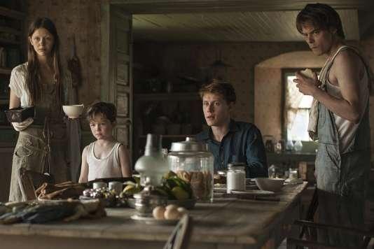 Mia Goth, Matthew Stagg, George MacKay et Charlie Heaton dans le film espagnol deSergio G. Sanchez,«Le Secret des Marrowbone» («Marrowbone»).