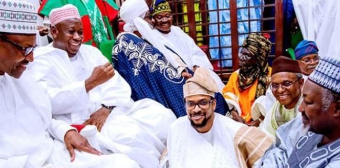 Le president Muhammadu Buhari (à gauche), le 3 mars à Kano, lors des noces entre la fille du gouverneur de l'état de Kano et le fils du gouverneur de l'état d'Oyo.