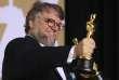 Le réalisateur Guillermo del Toro brandit les Oscars du meilleur réalisateur et du meilleur film, à Los Angeles, le 4 mars.