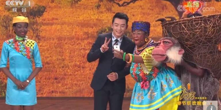 Une image du sketch montrant une actrice chinoise grimée en Noire (à droite), diffusé à l'occasion du Nouvel An chinois sur l'antenne de CCTV, la très officielle première chaîne d'Etat chinoise.