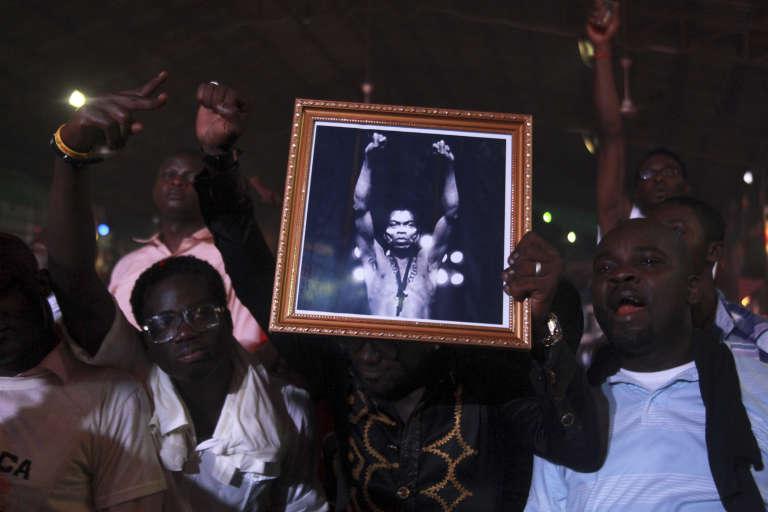 Des fans tiennent une photo du roi de l'afrobeat, Fela Kuti, à Lagos, en octobre 2012.