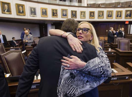 La sénatrice de Floride Lauren Book (à droite) prend dans ses bras le sénateur de Floride Bill Galvano après le vote, au Sénat de Floride,d'une loi sur le contrôle des armes, le 5 mars.