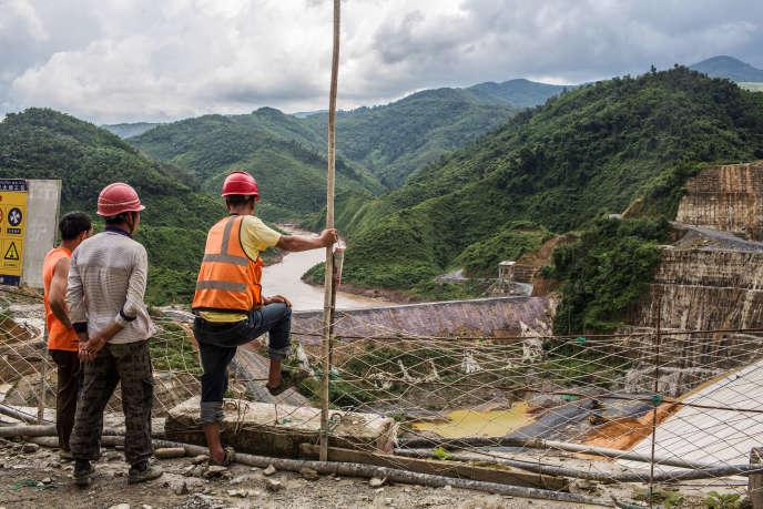Des ouvriers regardent le barrage hydroélectrique, Nam Tha 1, dans la province de Bokeo (Laos), le 29 juillet 2017.