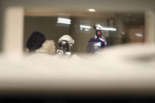 Des enquêteurs vêtus de tenue de protection inspectent la pizzeria Zizzi de Salisbury, mardi 6 mars 2018.
