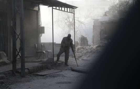 Un habitant de la ville d'Hamouria, dans la Ghouta orientale, lundi 5 mars.
